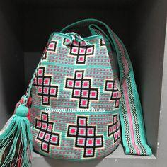 No hay descripción de la foto disponible. Tapestry Bag, Tapestry Crochet, Crochet Purses, Crochet Bags, Color Azul, Purses And Bags, Crochet Patterns, Pouch, Instagram