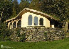 Esta es la casa de campo de cob de Cae Mabon [www.caemabon.co.uk] en Gales. La casa fue construida a ratos en 2004 por 25 personas, durante más de dos semanas se elaboraba la mezcla de cob (arcilla, arena y paja) temprano por la mañana y luego se construía con ella más tarde durante el día. Más casas naturales en www.naturalhomes.org/es/homes/caemaboncob.htm