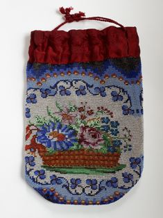 A Schwäbisch Gmünd pattern knitted with antique beads by Tineke Nieuwenhuijse-Taal. Beaded Purses, Beaded Bags, Handbags On Sale, Luxury Handbags, Vintage Purses, Lace Making, Evening Bags, Purses And Bags, Knitting Patterns