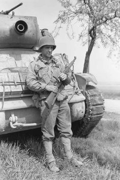 Marine Special Forces, Self Propelled Artillery, Ww2 Pictures, Ww2 History, War Dogs, Ww2 Tanks, Us Marines, United States Army, American Soldiers