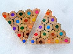Brinco feito com lápis de cor pela artista tcheca Anna Čurlejová;
