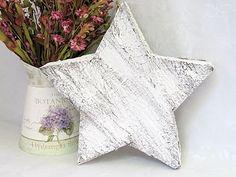 Ein großer Stern aus Pinienrinde.    Mit weißer Farbe habe ich dem Stern ein schönes, rustikales Flair gegeben.   Eine hübsche Deko für Heim und Terra