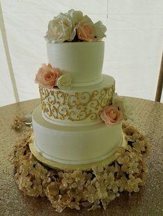 Gold Wedding Cake. Metallic Wedding Cake. Gold Wedding Cake. Gold themed. Wedding trends. Wedding Planning. Buttercream Cake.