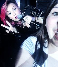 SELFIES WITH DEMI WHILE SHES SINGING