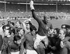 Victorious England captain Bobby Moore holds the Jules Rimet trophy aloft, England National Football Team, England Football, National Football Teams, Jack Charlton, Bobby Charlton, International Football, England International, Jules Rimet Trophy, Geoff Hurst