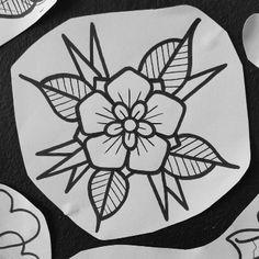 Tattoo floral, par Tempo chez Xotik Ink center, à Toulouse. - Tattoo floral, par Tempo chez Xotik Ink center, à Toulouse. Traditional Tattoo Stencils, Traditional Tattoo Drawings, Traditional Tattoo Filler, Traditional Tattoo Flowers, Traditional Tattoo Design, Traditional Tattoo Flash Art, Traditional Tattoos, Traditional Tattoo Halloween, Halloween Tattoo Flash