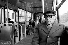 1982 rok. Tadeusz Konwicki w warszawskim autobusie. Zdjęcie zrobił Tadeusz Rolke podczas wspólnego z pisarzem spaceru po mieście