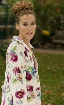 floral dress - hair updo - bun --- Sarah Jessica Parker - SATC - Carrie Bradshaw - set - sex and the city