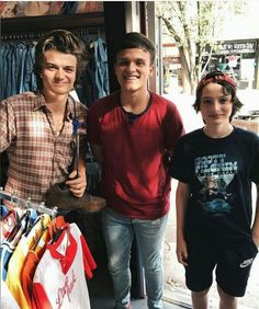 Finn Wolfhard and Joe Keery with a fan Stranger Things Joe Keery, Steve Harrington Stranger Things, Joe Kerry, Duffer Brothers, Millie Bobby Brown, Beautiful Boys, Actors & Actresses, How To Look Better, Tv Shows