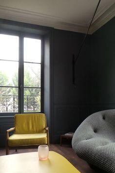 Côté salon : la table et le fauteuil jaunes