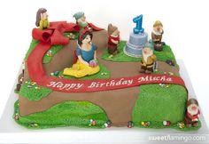 Snow White & the 7 Dwarfs Throw a Birthday Party! | Sweet Flamingo Cake Co.  www.sweetflamingo.com