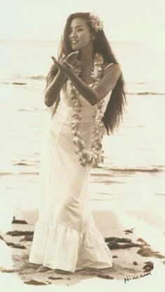Hawaiian Hula is an ancient and sacred form of expressing deepest feelings and connects the dancer with the divine. It carries a message about what the Hawaiians did, thought, lived and believed in. Without any written language, the Hula was seen as the h Hawaiian Girls, Hawaiian Dancers, Hawaiian Art, Hawaiian Phrases, Hawaiian Woman, Vintage Hawaiian, Polynesian Dance, Polynesian Culture, Polynesian Girls
