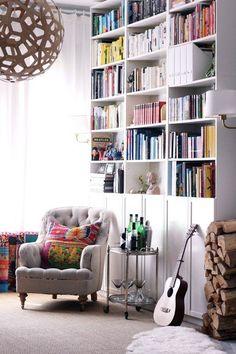 Bokhyllan Billy med dörrar från Ikeas serie Oxberg är en favorit i många hem.