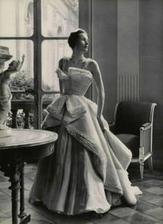 Dior ballgown of layers of pink organdy and Valenciennes lace. Photo by Philippe Pottier 1949 Dior ballgown of layers of pink organdy and Valenciennes lace. Photo by Philippe Pottier 1949 Dior Haute Couture, Vintage Glamour, Vintage Beauty, Vintage Gowns, Vintage Mode, Vintage Outfits, Vintage Hats, Dior Fashion, 1940s Fashion