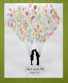 Ces jolis ballons sont les empreintes des amis, une nouvelle forme de livre d'or et un cadeau personnel pour les mariés.