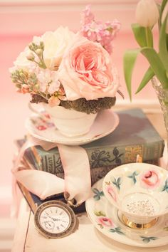 Alice in Wonderland Themed Wedding, Vintage books, Vintage tea cups, Vintage Clocks. So awesome!