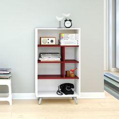 As estantes são essenciais para manter o ambiente organizado e podem ser utilizadas em qualquer cômodo da casa. Para dar um charme na decoração, aposte nos modelos com formatos diferenciados e detalhes coloridos. :D