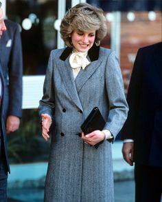 Princess Diana's fashion choices were always under the spotlight, and that included her maternity wear. Apparently she often collaborated with designers on … Princess Diana Hair, Princess Diana Fashion, Princess Diana Pictures, Princess Of Wales, Princes Diana, Lady Diana Spencer, Glamour, Maternity Fashion, Maternity Style
