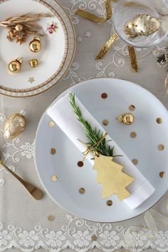 Une belle #décoration pour la #table ! #gold #or #sapin #Noël http://www.m-habitat.fr/tendances-et-couleurs/deco-de-fete/conseils-pour-reussir-sa-table-de-noel-3863_A