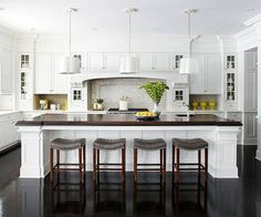 Modern Kitchen Design Classic white kitchen - White cabinetry is a classic choice for a kitchen. Providing a neutral backdrop, white kitchen cabinets can be left alone or dressed up with colorful art and accessories. White Kitchen Cabinets, Kitchen Redo, New Kitchen, Kitchen Items, Kitchen White, Room Kitchen, Kitchen Photos, Kitchen With Dark Floors, Grand Kitchen