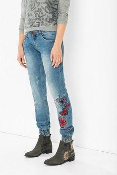 Jeans con puños elásticos y dibujos bordados Desigual. Nuestro denim no es lo mismo, ¡descúbrelo!
