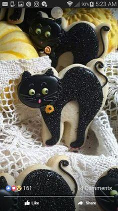 Black cat cookies Halloween Cookies Decorated, Halloween Sugar Cookies, Halloween Sweets, Halloween Goodies, Halloween Cakes, Cat Cookies, Cookies For Kids, Fancy Cookies, Royal Icing Cookies