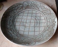 Gran plato dibujado con engobes de oxido de cobre, manganeso y hierro y después de bizcochado, esmalte blanco con ilmenita (harina y arena) esgrafiado.
