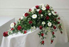Kistedekorasjon,  røde roser og hvit germini