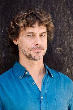 Alberto Angela (Parigi, 8 aprile 1962) è un paleontologo, divulgatore scientifico, scrittore e giornalista italiano.