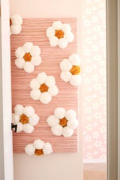 This DIY yarn wall art of Daisy pom poms is a great way to make a feature wall on a small budget. Check out the DIY tutorial in this post - Daisy Party, Diy And Crafts, Crafts For Kids, Yarn Wall Art, Girls Christmas Outfits, Diy Home Decor Projects, Diy Flowers, Flower Wall, Diy Art