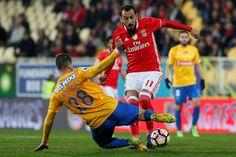 Dois golos de Mitroglou, um dos quais em fora de jogo, valeram, nesta terça-feira, ao Benfica a vitória (2-1) sobre o Estoril, na primeira mão das meias-finais da Taça de Portugal.