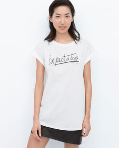 Con jeans skinny e blazer o giacca di pelle corta, grazie alla scritta sul seno aiuta a volumizzarlo. The writing contributes to drive attention to your breast. Match this t-shirt with a pair of skinny jeans a short blazer or leather jacket