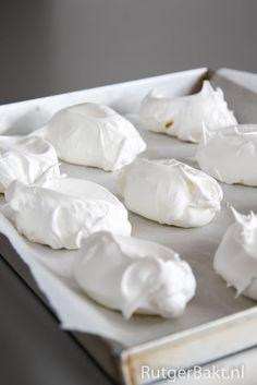 Dit basisrecept voor knapperige meringues van eiwitschuim is makkelijk en lekker. Het kan in veel verschillende recepten worden verwerkt.