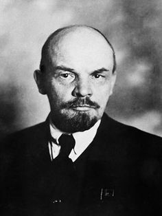 Lenin:  Lenin heette eigenlijk Vladimir Oljitsj Oeljanov, maar Lenin was zijn schuilnaam. In 1917 was er de Oktoberrevolutie, waar niet iedereen het mee eens was. Er kwam een strijd tussen de Roden en de Witten. De Roden wonnen onder leiding van Lenin, en aangevoerd door Trotski. St.-Petersburg werd Leningrad, Rusland werd Sovjet-Unie. Lenin stierf in 1924. Er was een nieuwe leider nodig. 2 mogelijke opvolgers: Stalin en Trotski. Het werd Stalin.