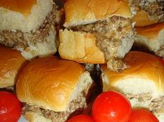 Wolf Pack Specials-a great make ahead and great for a crowd! Combine hamburger, sausage, and Velveeta.great on slider buns or the sweet Hawaiian ones! Perfect for Football Season! [OH YUM] I Love Food, Good Food, Yummy Food, Tasty, Yummy Snacks, Appetizer Recipes, Dinner Recipes, Beef Recipes, Cooking Recipes
