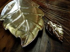 Outono chic! Os tons de dourado transformam as folhas decorativas em peças sofisticadas. Perfeitas para levar um ar outonal para o projeto. #produtomaison #outono #decoracao #folhas #maisondubanho