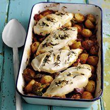Hähnchenbrustfilets auf gerösteten Kartoffeln und Broccoli