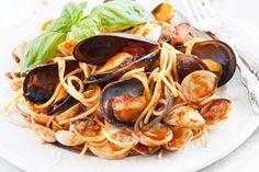 Cucinate la pasta in acqua bollente salata. Nel frattempo, tagliate a metà i pomodirini e mettete una padella a riscaldare con l'olio e lo spicchio d'aglio.