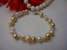 Perlenarmband mit weißen Perlen, aufgefädelt auf Draht
