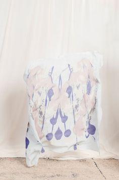 Abstrakt bedrucktes Seidentuch von Mode Designerin Natascha von Hirschhausen. 2016 #modern #abstrakt #abstract #silk #scarf #tuch #soft #pastell #pastel #pastells #lightpink #offwhite #sand #blue #royalblue #royal #highend #Seide #print #Muster #blau #hellblau #rosa #fashion #design #Designer #Hirschhausen