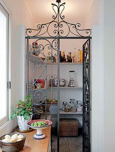 Um canto na cozinha ou na área de serviço pode virar uma despensa. Não é preciso muito para a transformação: basta uma porta para delimitar o espaço e prateleiras nas paredes