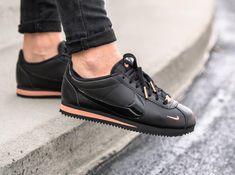 Nike Cortez femme Premium 72 Mini Swoosh Black Rose Gold on feet Nike Cortez Hombre, Nike Cortez Black, Nike Cortez Shoes, Nike Classic Cortez, Nike Cortez Rose Gold, Gold Nike Shoes, Rose Gold Shoes, Nike Gold, Casual Sneakers