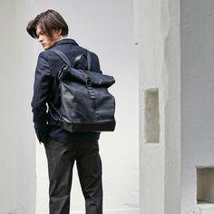 Wertsachen immer griffbereit: Der Rucksack RollUp BP von Kleinbasel lässt sich durch simples Aufrollen im Nu öffnen und wieder verschliessen. Leather Backpack, Backpacks, Unisex, Bags, Nice Asses, Handbags, Leather Book Bag, Leather Backpacks, Taschen