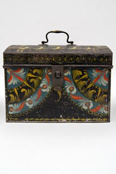 Rare Berlinware Early American Paint Decorated Document Box I ca. 1810 I Paint decorated tinware box with rare blue ground from Berlin Connecticut I Attributed to the group IV makers in Berlin, CT. American Paint, American Decor, Antique Pottery, Antique Paint, Primitive Antiques, Primitive Bedroom, Primitive Homes, Primitive Country, Antique Teddy Bears