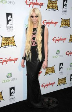 Taylor Momsen Photos - Actress/musician Taylor Momsen arrives at the 2012 Revolver Golden Gods Award Show at Club Nokia on April 2012 in Los Angeles, California. - 2012 Revolver Golden Gods Award Show - Arrivals Xbox 360, Grammy Museum, Jenny Humphrey, Cindy Lou Who, Chuck Blair, Austin Butler, Gossip Girl Fashion, Chace Crawford, Matthew Espinosa