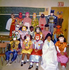 Vintage Halloween photo of elementary school class in their costumes. Vintage Halloween Photos, Retro Halloween, Holidays Halloween, Happy Halloween, Halloween Party, Halloween Decorations, Halloween Costumes, Halloween Quotes, Creepy Cute