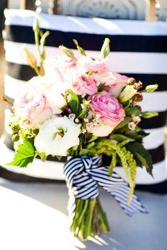Bouquet de noiva com riscas pretas e brancas