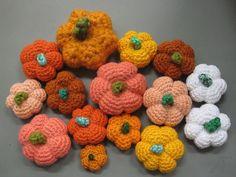 En udførlig guide til de sødeste små hæklede græskar. Perfekte som pynt til Halloween og andre efterårs relaterede arrangementer. ;)