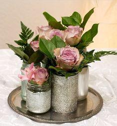 Schöne Idee um Altglas oder Konserven auch auf einer Hochzeit zu verwenden. Einfach farbig ansprühen, bekleben, beschriften oder mit Glitzer bearbeiten.