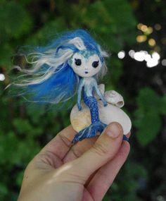 OOAK- Muñeca hecha a mano Sirena azul. Pequeña muñeca artística de fantasía. Papel mache, pasta de papel y conchas naturales. Sirenita. de Villaoscura en Etsy